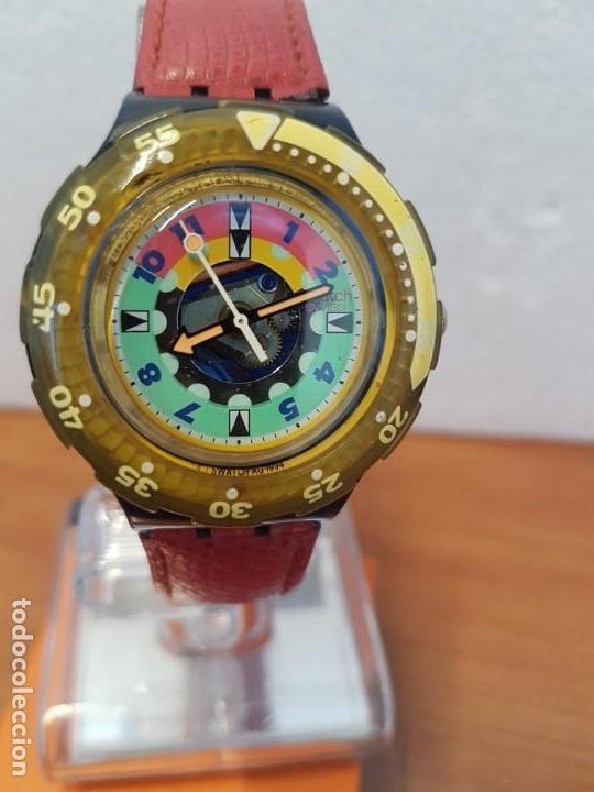 RELOJ UNISEX SWATCH SCUBA CUARZO CON MÁQUINA ETA 200 METROS ORIGINAL, CORREA DE CUERO ROJA USADA (Relojes - Relojes Actuales - Swatch)