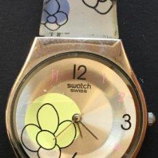 Relojes - Swatch: RELOJ DE LA MARCA SWATCH SWISS, CON CORREA DE PLÁSTICO DECORADA. Lote 151714686