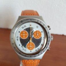 Relojes - Swatch: RELOJ CABALLERO SWATCH IRONY CRONO DE CUARZO SUIZO CORREA NARANJA, FUNCIONANDO PARA SU USO DIARIO.. Lote 202584145