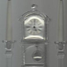 Relojes: CONJUNTO DE SOBREMESA DE RELOJ Y CANDELABROS DE CRISTAL LA BASE DE LOS CANDELABROS DE PLATA . Lote 27077016