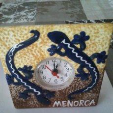 Relojes: RELOJ DE SOBREMESA INCRUSTADO EN AZULEJO RECUERDO DE MENORCA. AÑOS 80.. Lote 39997788