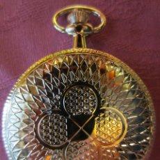 Relojes: RELOJ BOLSILLO COLECCION- SABONETA REDONDO PLATEADO CON MOTIVOS GEOMETRICOS EN TAPA. Lote 122280239