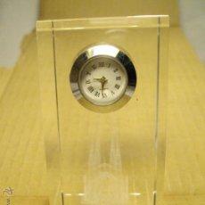 Relojes: RELOJ CUARZO SOBREMESA CRISTAL OPTICO GRABADO CON LASER.SAGRADA FAMILIA. Lote 43207152