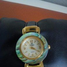 Relojes: MANGINFICO RELOJ HECHO DE NACREY METAL DORADO MARACA RICHELIEU MAD SUIZE QUARTZ LA CORREIA ES ORI.. Lote 44436627