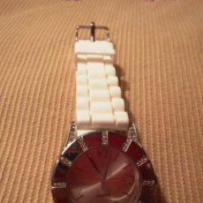 Relojes: RELOJ PULSERA DE SEÑORA CORREA CAUCHO BLANCO CON PIEDRAS SWAROVSKI. Lote 50673802