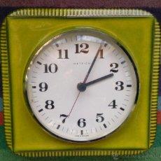 Relojes: RELOJ ALEMÁN DE PARED PORCELANA VERDE AÑOS 70, MARCA HETTICH. Lote 53577441