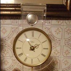 Relojes: BONITO RELOJ CON SOPORTE TRANSPARENTE, FUNCIONANDO A PILAS, CON PENDULO. Lote 54019587