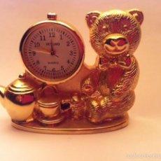 Relojes: PRECIOSO RELOJ DE METAL DORADO SOBREMESA SUVINO FUNCIONANDO. Lote 60296295