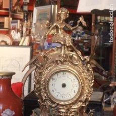 Relojes: RELOJ DE SOBREMESA EN BRONCE DE 46CM DE ALTURA, LA MAQUINARIA NO FUNCIONA. Lote 76016355