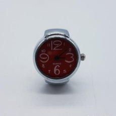 Relojes: ORIGINAL RELOJ ANILLO CON ACABADO CROMADO EN PLATA Y ESFERA ROJA DE DISEÑO MODERNO .. Lote 94693519