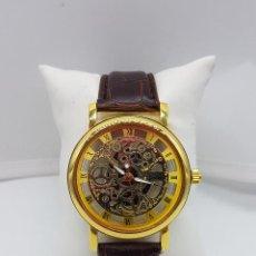 Relojes: ELEGANTE RELOJ PARA CABALLERO, CON MECANISMO VISIBLE BAÑADO EN ORO Y CORREA EN POLIPIEL MARRÓN . . Lote 105895170