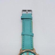 Relojes: ELEGANTE Y MODERNO RELOJ DE SEÑORA CROMADO EN ORO CON CORREA EN POLIPIEL VERDE TURQUESA .. Lote 105384535