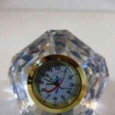 Relojes: PEQUEÑO RELOJ GOLF CLUB DE SOBREMESA EN METACRILATO. Lote 110668151