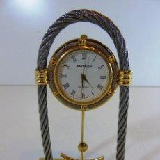 Relojes: RELOJ DE SOBREMESA DE LA MARCA ANIKESH ESFERA NUMEROS ROMANOS CON CABLE DE ACERO DECORADO DORADO. Lote 110668795