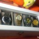 Relojes: BOTITO ESTUCHE VITRINA BLANCO CON RELOJ SEIKO DORADO Y SE REGALAN LOS 4 RELOJES MAS QUE CONTIENE. Lote 113732707