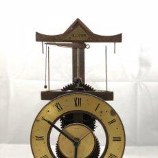 Relojes: REPRODUCCION DE ANTIGUO RELOJ SIGLO XVII, FUNCIONA A PILAS, DE MADERA CON ENGRANAJES. Lote 114824967