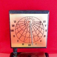 Relojes: RELOJ DE SOL Y BRUJULA MADE IN JAPAN EN BRONCE Y MADERA. Lote 127215939