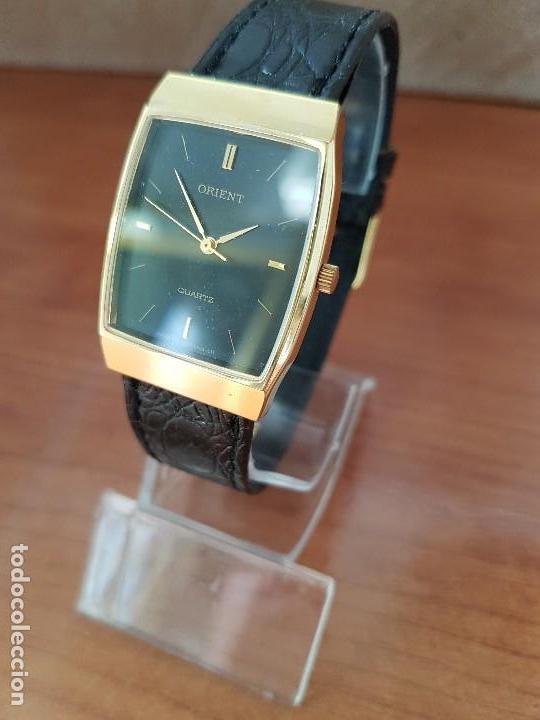 Reloj señora chapado de oro ovalado marca ORIENT cuarzo con correa de cuero negra nueva sin uso.