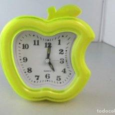 Relojes: RELOJ DESPERTADOR MANZANA MORDIDA. TIENE UNA GRIETA EN EL PLÁSTICO, VER FOTO. Lote 134959258