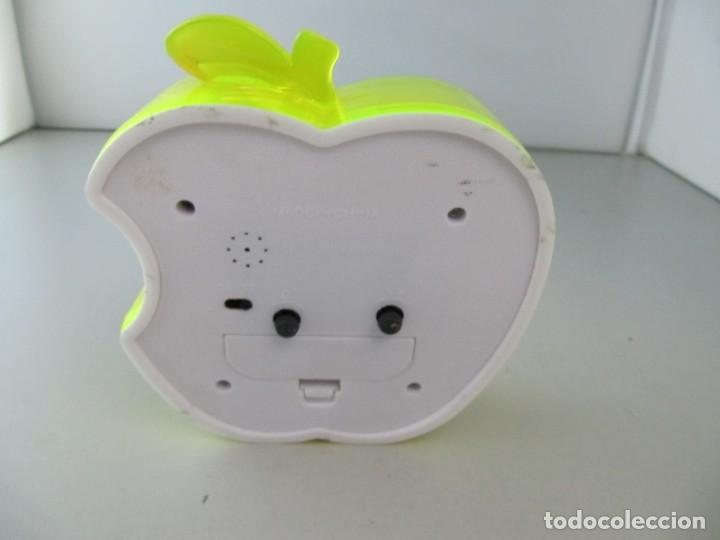 Relojes: Reloj despertador manzana mordida. Tiene una grieta en el plástico, ver foto - Foto 2 - 134959258