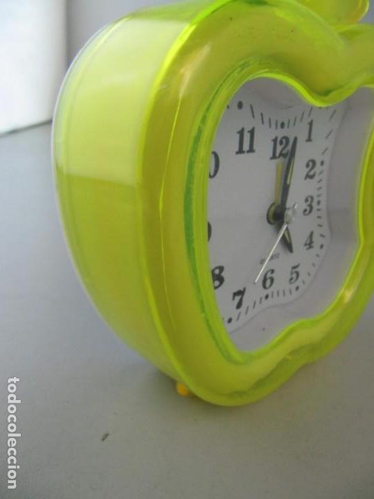 Relojes: Reloj despertador manzana mordida. Tiene una grieta en el plástico, ver foto - Foto 3 - 134959258