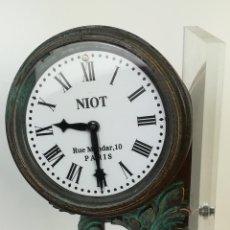 Relojes: FERROCARRIL. SUJETALIBROS METACRILATO CON RELOJ NIOT. MODELO MEDINACELI. RENFE. (CIRCA 1980) ESPAÑA. Lote 206296046