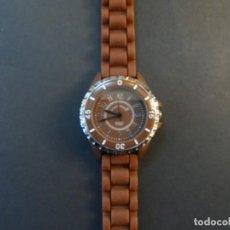 Relojes: RELOJ SEÑORA CORREA CAUCHO CHOCOLATE Y ACERO. GIORGIE VALENTIAN. ESFERA MARRON. SIGLO XXI. Lote 193955188