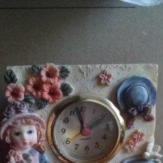 Relojes: RELOJ CON FIGURA Y DECORACION RESINA. Lote 195237043