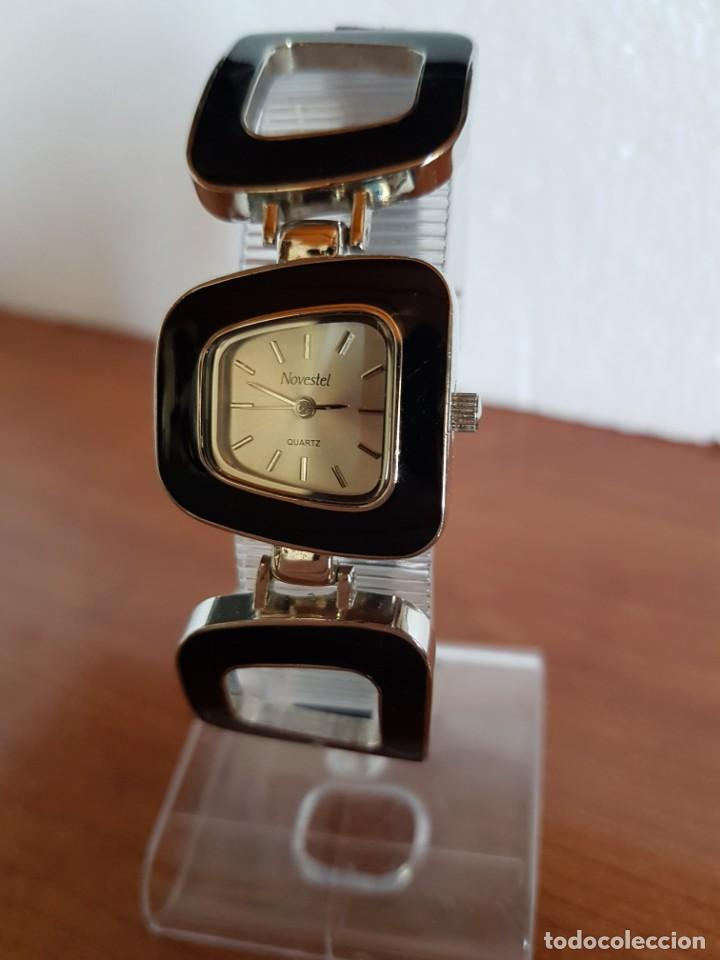 Relojes: Reloj de señora de cuarzo marca NOVESTEL caja acero con motivos, correa de acero y cuero marrón. - Foto 2 - 202597345