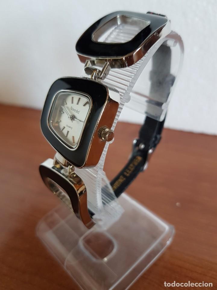 Relojes: Reloj de señora de cuarzo marca NOVESTEL caja acero con motivos, correa de acero y cuero marrón. - Foto 3 - 202597345