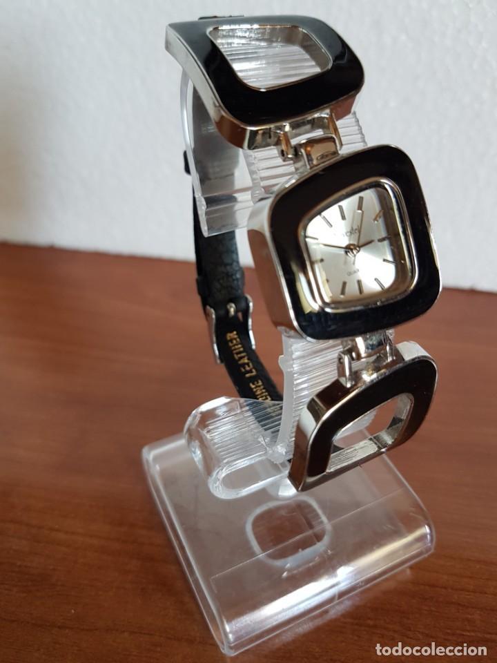 Relojes: Reloj de señora de cuarzo marca NOVESTEL caja acero con motivos, correa de acero y cuero marrón. - Foto 4 - 202597345