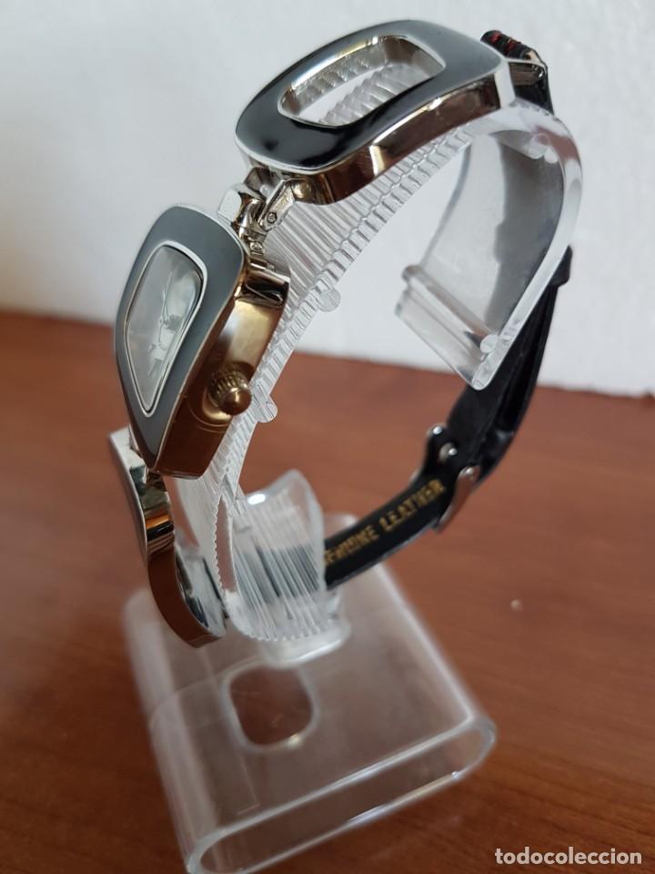 Relojes: Reloj de señora de cuarzo marca NOVESTEL caja acero con motivos, correa de acero y cuero marrón. - Foto 5 - 202597345