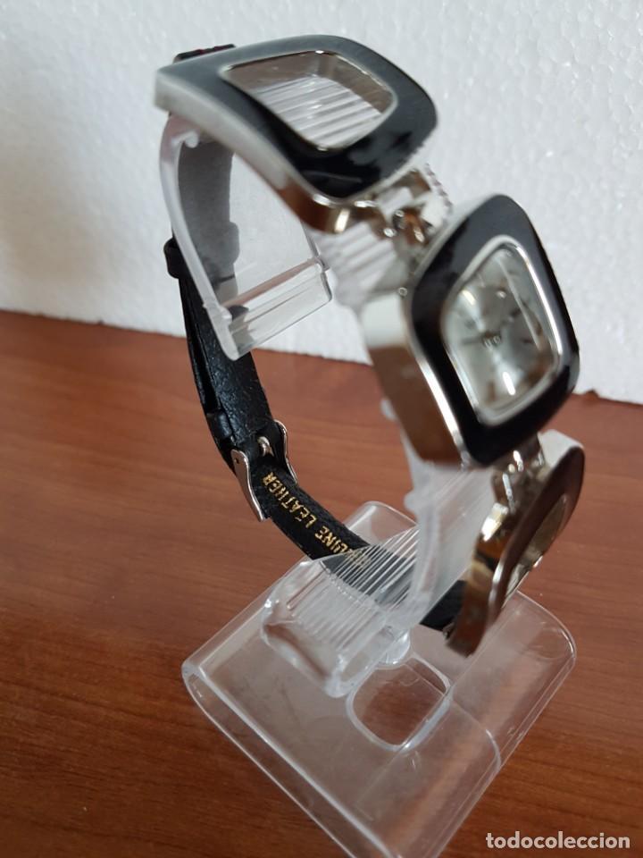 Relojes: Reloj de señora de cuarzo marca NOVESTEL caja acero con motivos, correa de acero y cuero marrón. - Foto 6 - 202597345