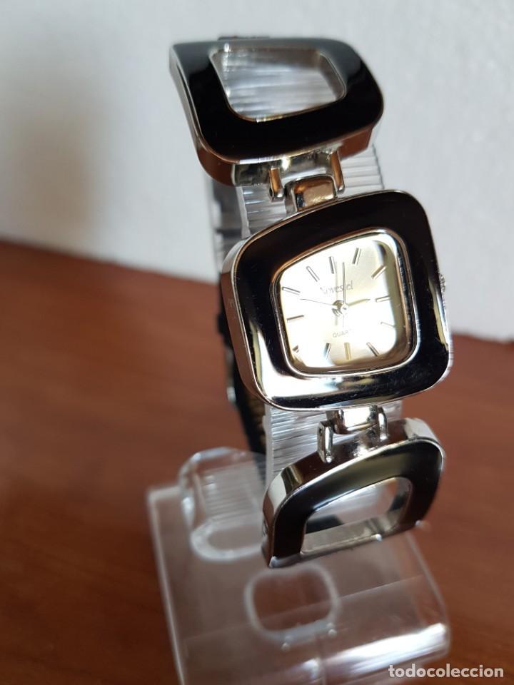 Relojes: Reloj de señora de cuarzo marca NOVESTEL caja acero con motivos, correa de acero y cuero marrón. - Foto 7 - 202597345