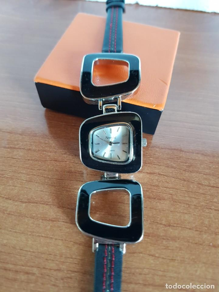 Relojes: Reloj de señora de cuarzo marca NOVESTEL caja acero con motivos, correa de acero y cuero marrón. - Foto 8 - 202597345