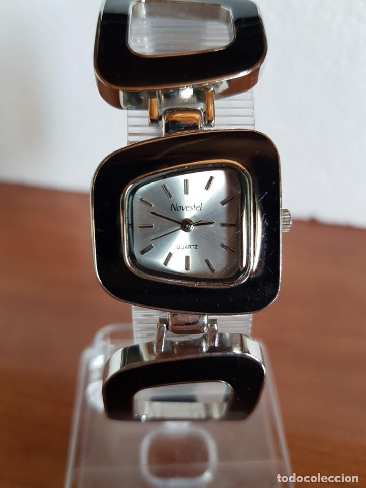 Relojes: Reloj de señora de cuarzo marca NOVESTEL caja acero con motivos, correa de acero y cuero marrón. - Foto 10 - 202597345