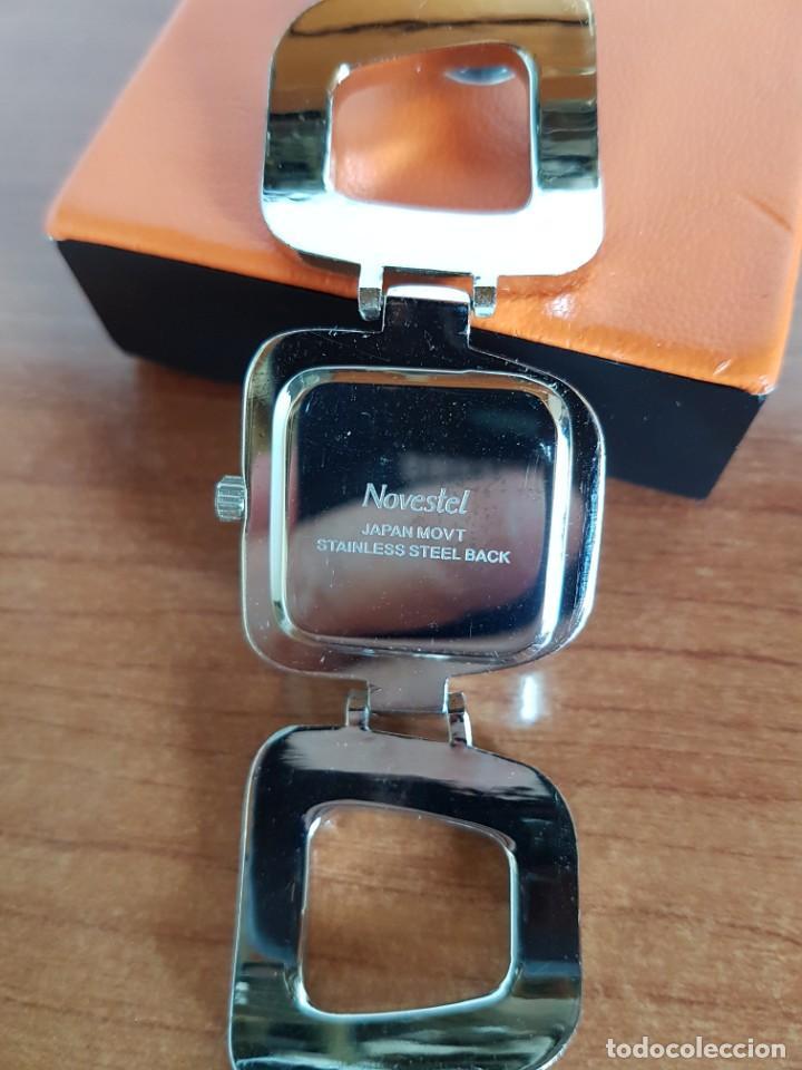 Relojes: Reloj de señora de cuarzo marca NOVESTEL caja acero con motivos, correa de acero y cuero marrón. - Foto 11 - 202597345