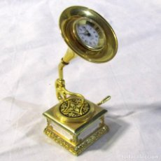 Relojes: RELOJ DE BRONCE MINIATURA DE GRAMÓFONO PLATO DAMASQUINADO, ELÉCTRICO FUNCIONANDO. Lote 203932690