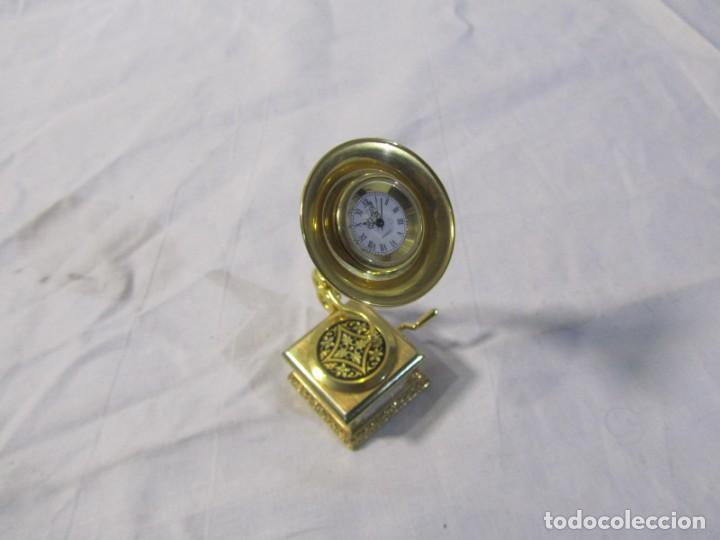 Relojes: Reloj de bronce miniatura de gramófono plato damasquinado, eléctrico funcionando - Foto 2 - 203932690