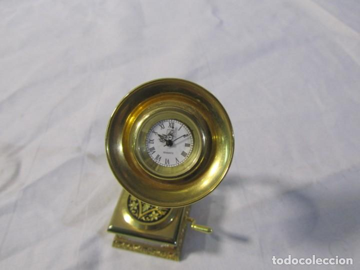 Relojes: Reloj de bronce miniatura de gramófono plato damasquinado, eléctrico funcionando - Foto 3 - 203932690
