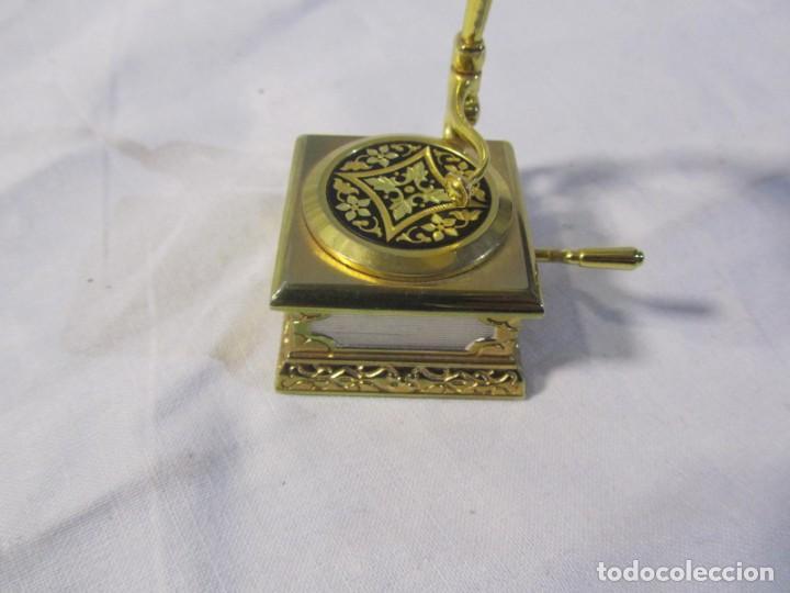 Relojes: Reloj de bronce miniatura de gramófono plato damasquinado, eléctrico funcionando - Foto 4 - 203932690