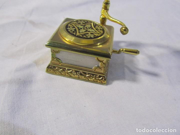 Relojes: Reloj de bronce miniatura de gramófono plato damasquinado, eléctrico funcionando - Foto 5 - 203932690
