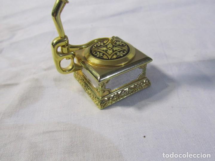 Relojes: Reloj de bronce miniatura de gramófono plato damasquinado, eléctrico funcionando - Foto 6 - 203932690