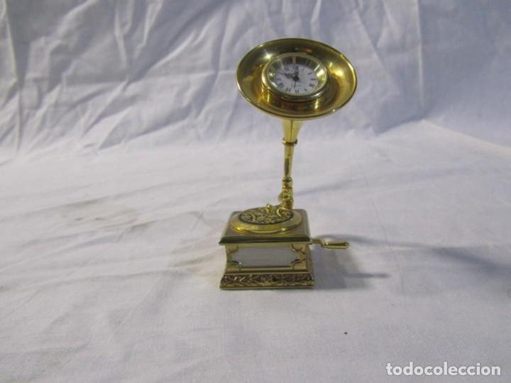 Relojes: Reloj de bronce miniatura de gramófono plato damasquinado, eléctrico funcionando - Foto 9 - 203932690