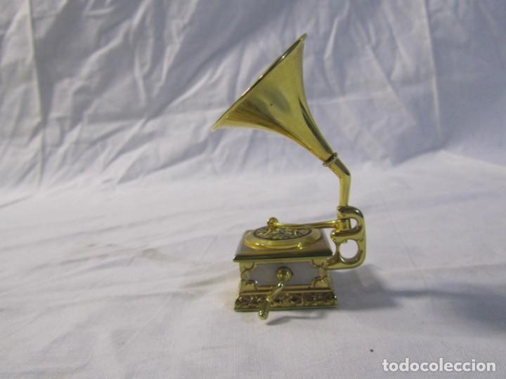Relojes: Reloj de bronce miniatura de gramófono plato damasquinado, eléctrico funcionando - Foto 10 - 203932690