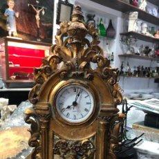 Relojes: BONITO RELOJ DE MESA DE RESINA IMITANDO A LA EPOCA - MEDIDA 39 CM - FUNCIONANDO BIEN. Lote 206444485