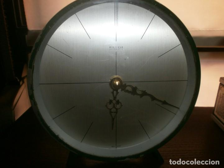 RELOJ METÁLICO BRONCE PINTADO COLOR VERDE REDONDO DE MESA KIENZLE FUNCIONANDO A PILA 15.5 CM. (Relojes - Relojes Actuales - Otros)