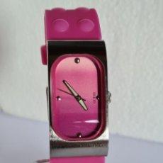 Relojes: RELOJ SEÑORA GUESS CUARZO DE ACERO, ESFERA ROJA, AGUJAS ACERO, CORREA DE GOMA COLOR ROJA ORIGINAL.. Lote 222688931