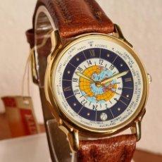 Relojes: RELOJ UNISEX KALTER ACERO CHAPADO DE ORO EN CUARZO, ESFERA HORA MUNDIAL, CORREA MARRÓN NUEVA SIN USO. Lote 230986820