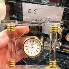 Orologi: PEQUEÑO RELOJ DE MESA DE METACRILATO - MEDIDA 10X8,5 CM. Lote 233730605
